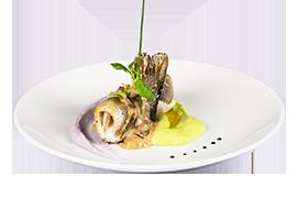 Papion de pastrav cu sos de merisoare servit cu duo din piure de cartofi violeti si mazare