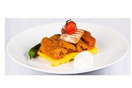 Sarmalute in foi de varza servite cu mamaliguta, bacon, smantana si ardei iute